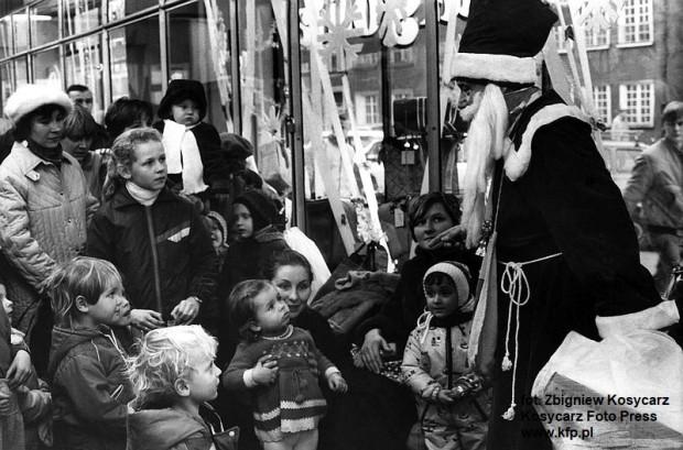 Święty Mikołaj przed sklepem Jaś i Małgosia, nazywanym tez Domem Dziecka, przy ul. Grobla w Gdańsku. Grudzień 1988 r.