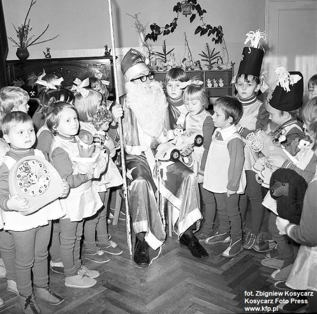 Święty Mikołaj wśród dzieci w Przedszkolu Specjalnym w Sopocie. 5 grudnia 1973 r.
