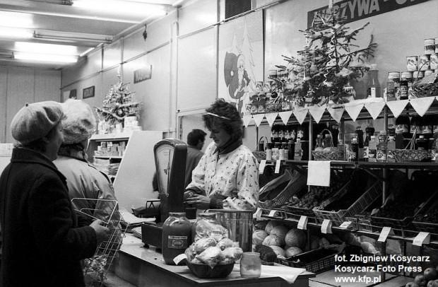 Przedświąteczne zakupy w jednym ze sklepów spożywczych w Trójmieście. 18 grudnia 1988 r.