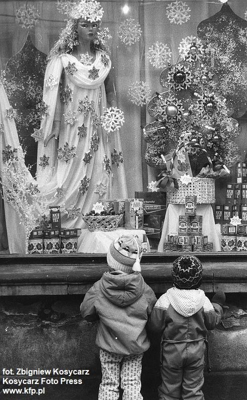 Pani Zima, herbata i herbatniki-gwiazdeczki, czyli świąteczna wystawa sklepu Maraska na ul. Długiej w Gdańsku. Grudzień 1985 r.