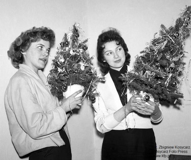 Młode dziewczyny trzymają w rękach sztuczne choinki. W latach 60. była to absolutna nowość i niezwykle rzadko spotykany element świątecznego wystroju w polskich domach. Grudzień 1964 roku.