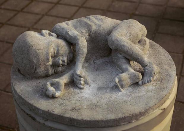 """Jedna z rzeźb Tewu nosi tytuł """"Newborn""""."""