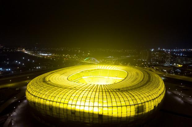W ostatnich tygodniach wiele osób zastanawiało się, skąd pochodzi łuna światła nad miastem. To efekt włączonych lamp do nagrzewania nowej murawy na stadionie w Letnicy.
