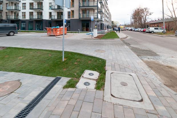 Nielogiczny układ chodników i zieleni na wjeździe do osiedla od ul. Grudziądzkiej.