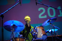 Perkusista Michael Sarin dwukrotnie podczas koncertu eksplodował porywającymi solówkami.
