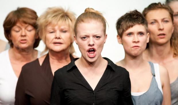 """Spektakl """"Chór kobiet"""" w przewrotny sposób poruszał ważny temat tzw. """"kobiecości"""" narzucanej przez media i kulturę."""