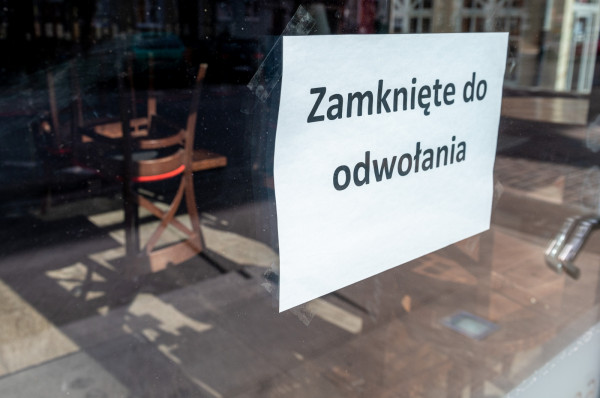 Według szacunków ekspertów w czasie pandemii w wielu lokalach gastronomicznych zyski spadły nawet do 90 proc., a blisko 30 proc. z tych miejsc może nie przetrwać kryzysu i na stałe zniknie z kulinarnej mapy Polski.