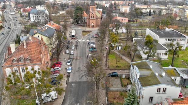 Teren Rynku Oruńskiego ma się zmienić tak, by stał się atrakcyjnym centrum spotkań dla mieszkańców tej dzielnicy. Na pierwszym planie, po lewej, dawny ratusz, który właśnie przechodzi remont.