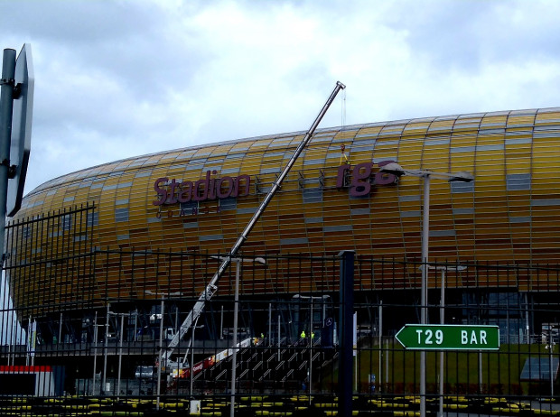Wkrótce ze stadionu w Letnicy zniknie logo Energi. Na zdjęciu demontaż napisu w 2018 r. związany z naprawą uszkodzonych liter.