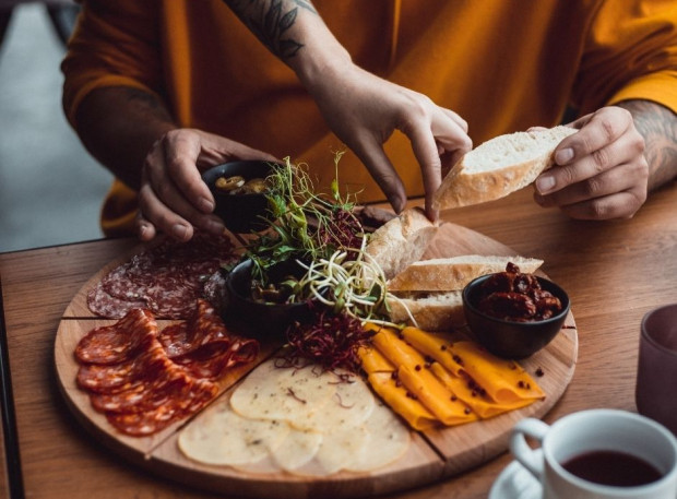 """Tegorocznego sylwestra spędzimy w wyjątkowych warunkach, większość z nas zapewne w swoich domach. To jednak nie oznacza, że musimy tkwić przez cały dzień w kuchni. Można przygotować drobne przekąski albo zamówić gotowe """"party boxy"""", czyli kompozycje kulinarne przygotowywane przez restauracje."""