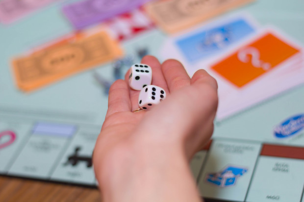 Spędzając tegoroczną sylwestrową noc w mniejszym gronie - rodziny czy najbliższych przyjaciół, świetnym pomysłem na zabawę mogą okazać się planszówki.
