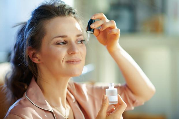 Sekretem niezawodnego działania retinolu jest jego zdolność do stymulacji i odnawiania komórek.