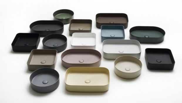 Duża gama kolorystyczna umywalek nablatowych lub możliwość wykonania ich z metalu lub mikrocementu sprawia, że aranżacja wnętrza może być ciekawsza.