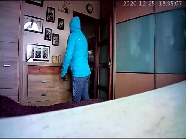 Dzięki ukrytej kamerze domownicy mogli zobaczyć, jak widziana przez nich ostatni raz ponad dwa lata temu niania buszuje w ich mieszkaniu.