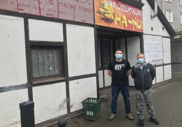 Bar Ha-Noi i firma Dar-Han działają po sąsiedzku na targowisku we Wrzeszczu. Na zdjęciu od lewej: Dariusz Chabowski i Chinh Do Xuan.