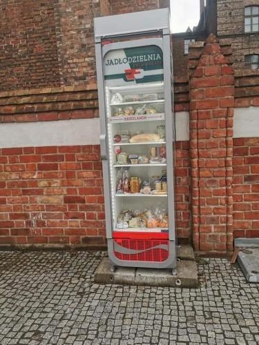 Tak w weekend wyglądała lodówka stojąca przy kościele św. Mikołaja w Gdańsku.