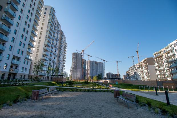 Zrealizowana przestrzeń wspólna pomiędzy budynkami osiedla Nowa Letnica.