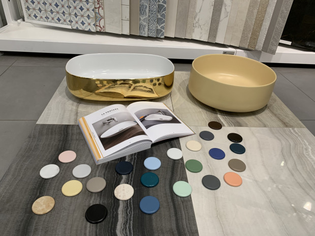 Niektórzy producenci oferują umywalki nablatowe w różnych wariantach kolorystycznych.