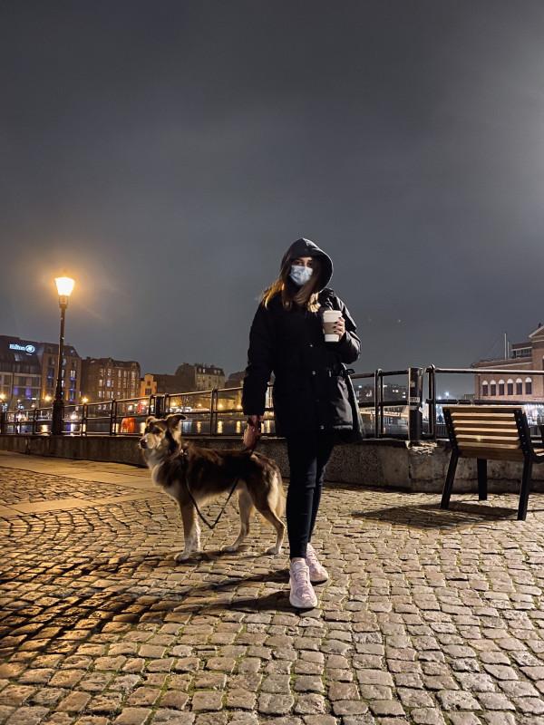 """""""Karmel uwielbia te spotkania i chętnie wychodzi na spacery. Dla naszych klientów jest to swego rodzaju dogoterapia. Teraz to Karmel daje im poczucie spokoju, bezpieczeństwa i pomaga przetrwać trudny czas izolacji."""""""