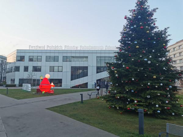 O największym święcie polskiego kina informowały w Gdyni jedynie śladowe elementy na placu Grunwaldzkim. Z uwagi na grudniowy termin przełożonego festiwalu były w klimacie zbliżających się świąt Bożego Narodzenia.