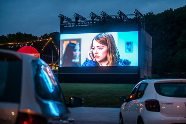 Kino samochodowe na Placu Zebrań Ludowych.
