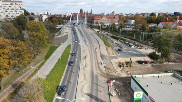Po oddaniu do użytkowania nowej nitki wiaduktu Biskupia Górka (po lewej stronie zdjęcia) zostanie na niej wprowadzony ruch w relacji Śródmieście-Orunia. Natomiast na już istniejącej nitce zostanie zlikwidowany ruch dwukierunkowy, a samochody będą poruszać się w relacji Orunia-Śródmieście.