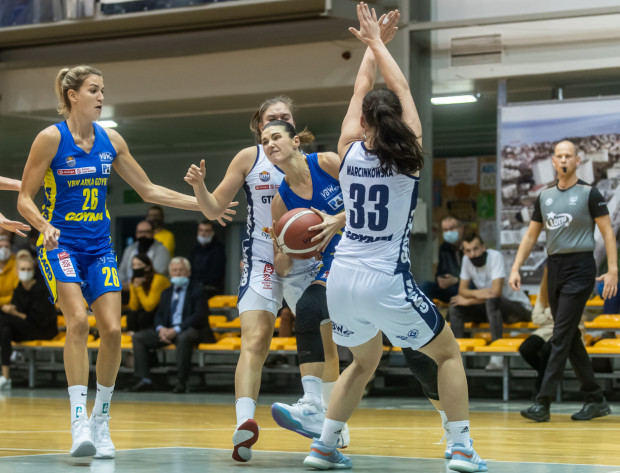 10 pkt Alice Kunek (z piłką) w ostatniej kwarcie było kluczowe dla wygranej VBW Arki Gdynia w Bydgoszczy.