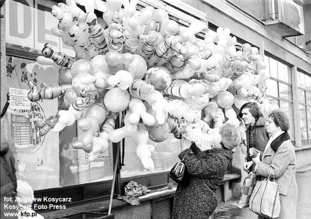 Sprzedaż balonów karnawałowych na ul. Rajskiej w Gdańsku 31 grudnia 1977 r.