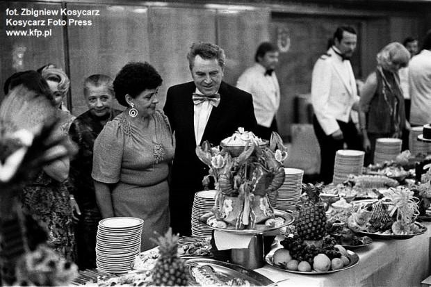 Poczęstunek przy szwedzkim stole podczas balu sylwestrowego na pokładzie m/s Stefan Batory. 31 grudnia  1978.