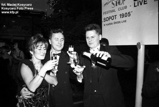 Zabawa sylwestrowa w Rotundzie w Sopockich Tarasach. Nowy Rok witają szampanem dziennikarze Telewizji Gdańsk Alicja Dawidziuk (z lewej) i Mirosław Nowak (z prawej). 31 grudnia 1993 r.