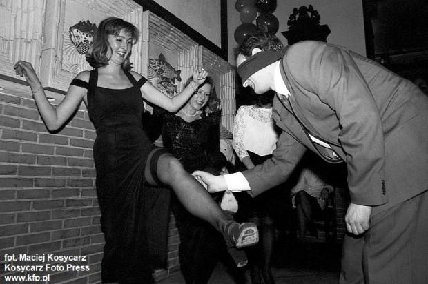 Zabawa sylwestrowa w restauracji Pod Łososiem na ul. Szerokiej w Gdańsku. 31 grudnia 1993 r.