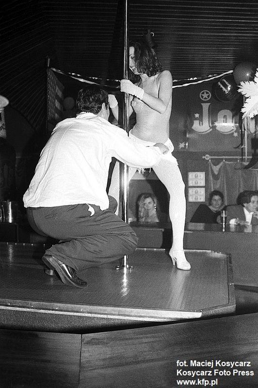 Sylwester w sopockim klubie Joker w Łazienkach Północnych. Klub był znany z tańców erotycznych przy rurze, w zabawie tej od czasu do czasu brali również udział goście. 31 grudnia 1992 r.