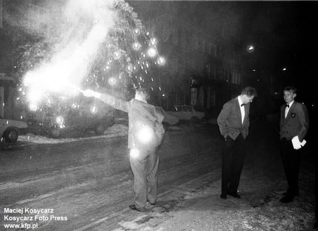 Odpalanie sztucznych ogni podczas zabawy sylwestrowej w centrum Gdańska. 31 grudnia 1995 r.