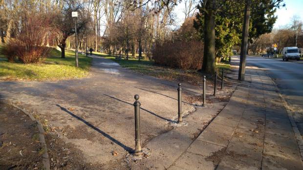 Dzięki słupkom kierowcy nie będą mogli już wjeżdżać do parku.