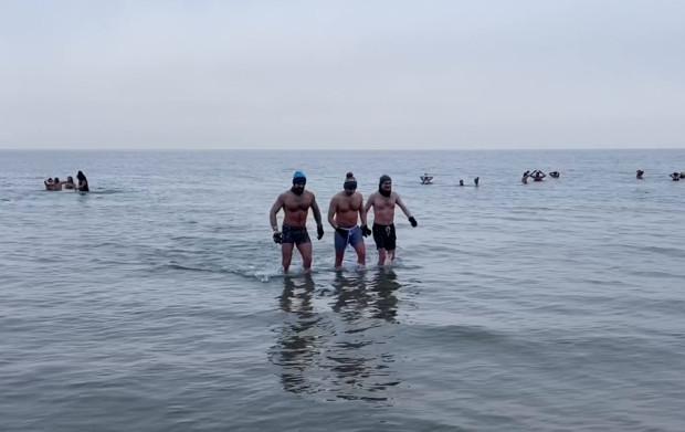 Tegoroczne noworoczne morsowanie było skromniejsze, jednak amatorzy zimowych kąpieli w morzu zapewniali, że bawili się równie znakomicie jak w latach ubiegłych.