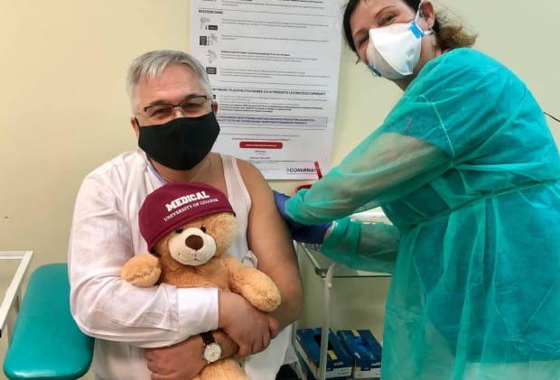 Wśród pierwszych zaszczepionych osób w Trójmieście był dr hab. Tomasz Smiatacz, kierownik Kliniki Chorób Zakaźnych GUMed, konsultant wojewódzki w dziedzinie chorób zakaźnych.