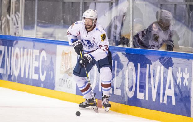 Dawid Maciejewski przed sezonem związał się ze Stoczniowcem po rocznej przerwie od ligowego hokeja. Obrońca poprosił jednak o rozwiązanie kontraktu podczas świąteczno-noworocznej przerwy.
