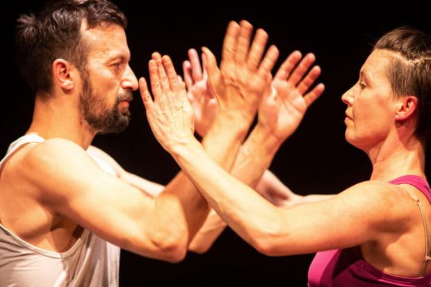 Tancerze podejmują próbę skonfrontowania naszych przyzwyczajeń i przekonań z ruchem wymykającym się prostej klasyfikacji.