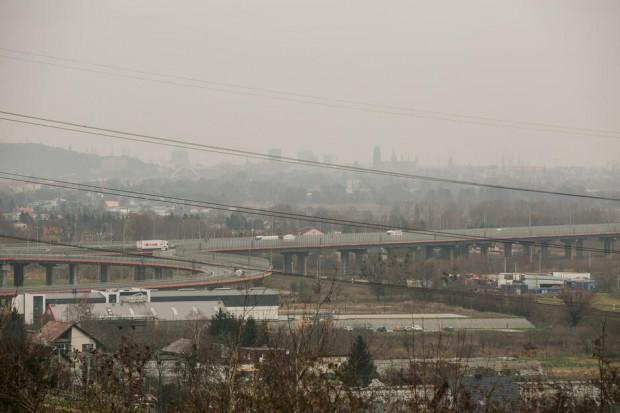 Widok z nowego punktu widokowego w rejonie ul. Kątowej. Na pierwszym planie estakada południowej obwodnicy, w oddali zabudowa Śródmieścia Gdańska.