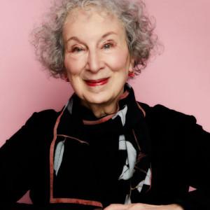Margaret Atwood to kanadyjska pisarka, poetka i krytyczka literacka, aktywistka społeczna i ekologiczna. Zdobywczyni Nagrody Bookera w 2000 i 2019 roku, laureatka Nagrody Księcia Asturii w 2008, wymieniana wśród kandydatów do literackiej Nagrody Nobla.