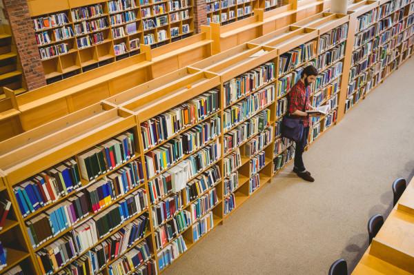 Od 28 listopada biblioteki publiczne i naukowe mogą działać w reżimie sanitarnym. Nie wszędzie jednak można przechadzać się między regałami. Umożliwiają to jedynie biblioteki gdańskie.