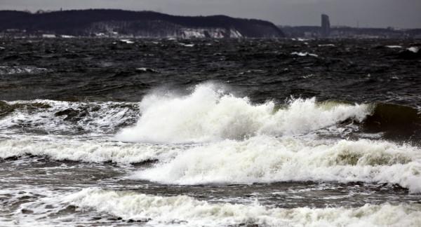 """W obszarach bardziej wyeksponowanych na silniejszy wiatr szybciej może zachodzić sublimacja, czyli """"parowanie"""" warstwy śniegu - objaśnia kierownik Centralnego Biura Prognoz Meteorologicznych w Warszawie."""