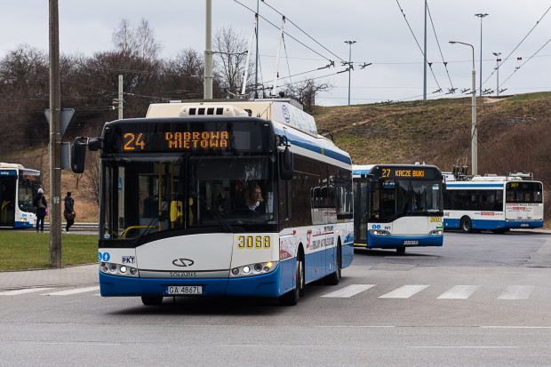 """Do incydentu doszło w trolejbusie linii 24 w pobliżu przystanku """"Lidzka"""" w Gdyni."""