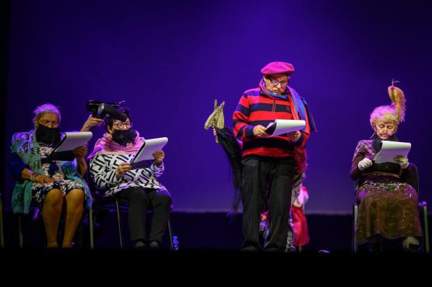 """Kobiety z brodą z """"Don Kichota"""" Cervantesa stanowiły kanwę fabularną spektaklu Redłowskiego Klubu Seniora """"SŁOŃCE"""", działającego przy Centrum Aktywności Seniorów oraz Stowarzyszeniu """"Zielona Myśl"""" w Gdyni."""