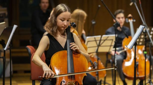 Milena Witkowska to pochodząca z Gdańska młoda wiolonczelistka. Edukację muzyczną rozpoczęła w wieku 6 lat.