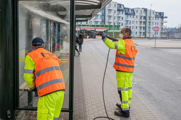 W ramach przeciwdziałania pandemii od wiosny służby częściej myją i dezynfekują też infrastrukturę na przystankach autobusowych i tramwajowych.