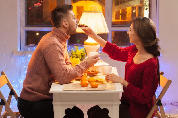 Nie tylko single mogą chodzić na randki. Rozpalanie namiętności w związku również jest ważne.