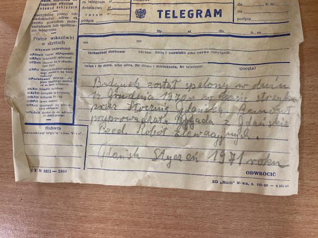 Telegram napisali robotnicy pracujący przy odbudowie spalonego po części dworca w 1971 r.