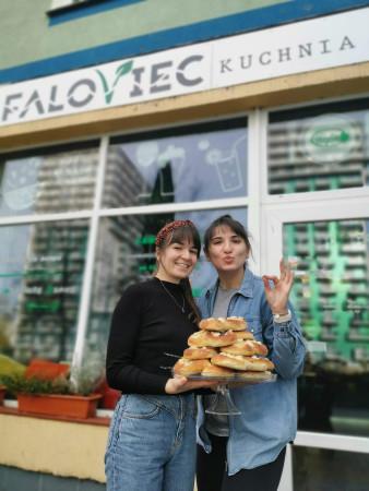 Wegańska restauracja Faloviec na Przymorzu zbudowała wokół siebie wierną społeczność. Warto dbać o dobre relacje z gośćmi, bo wiele wskazuje na to, że 2021 rok wciąż może być trudny dla gastronomii.