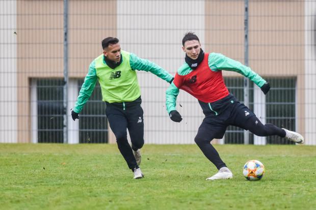 Egy Maulana Vikri (z lewej) jako jeden z ostatnich piłkarzy dołączył do treningów Lechii Gdańsk.